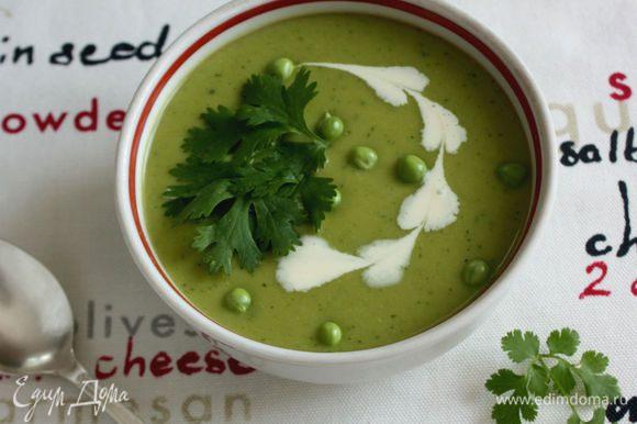 Сервировать суп листьями кориандра. При желании можно влить в каждую тарелку/чашку по 1 ст. л. жирных сливок. Приятного аппетита!