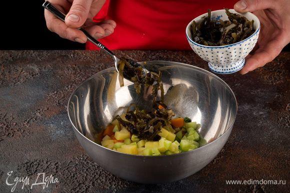 Сложите все ингредиенты в емкость, добавьте морскую капусту.