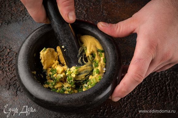 Зеленый лук растереть с ступке с желтком, горчицей и солью.
