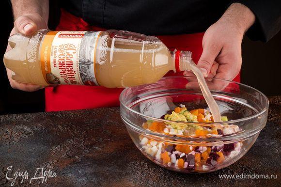 Соедините все подготовленные ингредиенты, добавьте квас «Семейный секрет. Традиционный» и сметану.