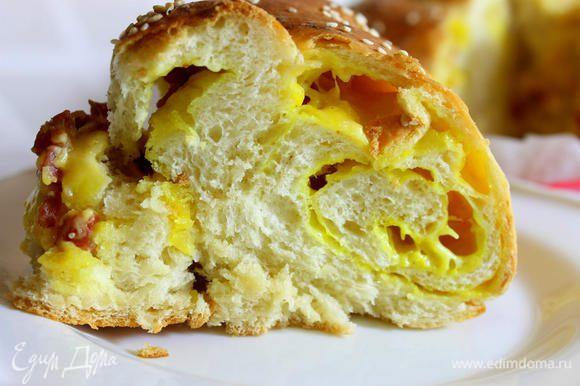 Подавать пирог в теплом виде, в этот момент сыр еще остается тягучим. Сыроманы оценят его по достоинству. Приятного аппетита!