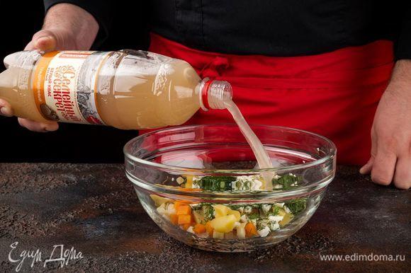 Смешайте все ингредиенты, добавьте соль и сахар по вкусу, а также квас «Семейный секрет. Традиционный».