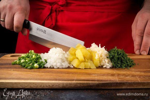Отварите картофель и нарежьте кубиками. Измельчите зеленый лук, укроп, квашеную капусту.