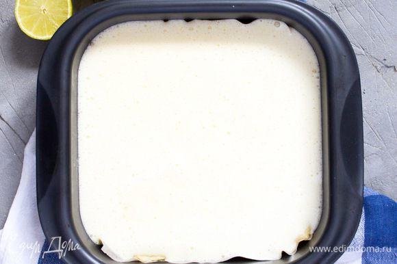 Вылить начинку в форму поверх слоя теста. И отправить в разогретую до 180°С духовку. Выпекать 22-25 минут. Затем достать, остудить пирог в форме, аккуратно достать его из формы вместе с пергаментной бумагой и окончательно остудить в течение 2-3 часов. Затем разрезать на квадраты и посыпать сахарной пудрой. Приятного аппетита!