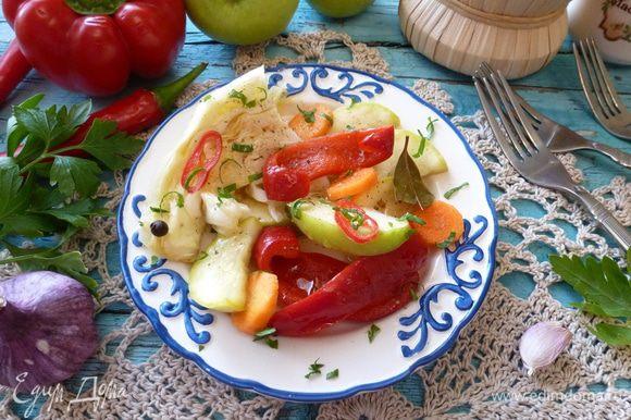 Через сутки маринованные овощи можно уже есть. Капусту нарежем удобными кусочками. Польем нерафинированным маслом и при желании посыпать зеленью, луком или чесноком.