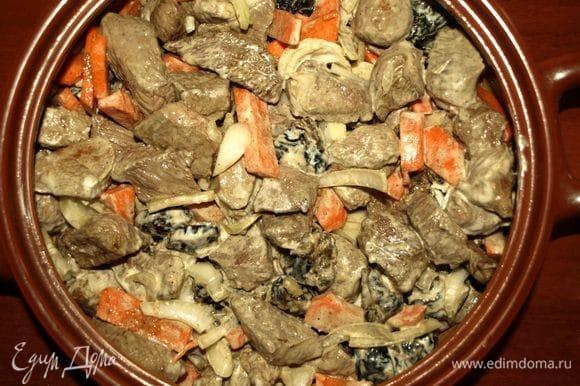 Выкладываем мясо в жаропрочную посуду для запекания, добавляем 300 мл воду. Закрываем крышкой. Если нет крышки, то используем несколько слоев фольги. Отправляем в разогретую до 180°С духовку на 2 часа.