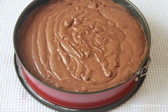 Бока формы для выпечки (у меня разъемная, 28 см) смазать маслом, на дно положить пекарскую бумагу. Выложить в форму тесто.