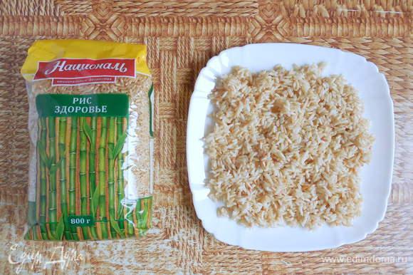 Тем временем вода для варки риса закипела. Добавить в воду соль, промытый рис Здоровье ТМ «Националь» и варить 15 мин., изредка помешивая. Затем рис откинуть на сито и разложить на плоской тарелке, чтобы подсох.