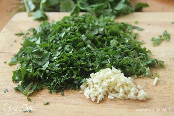 Нарезать зелень и чеснок.