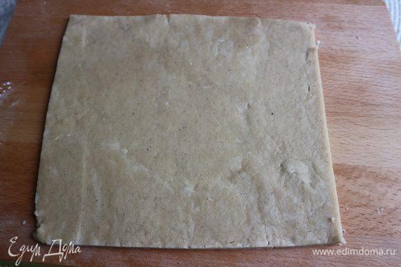 Припылить рабочую поверхность мукой. Раскатать скалкой в пласт толщиной примерно 3 мм.