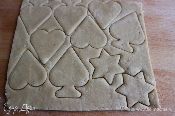 Вырезать формочками заготовки для печенья.