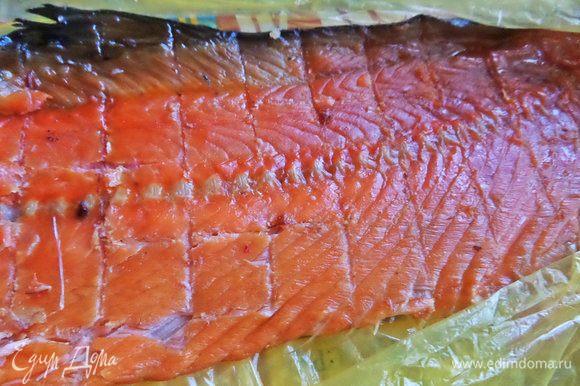 Еще я от себя решила добавить рыбку. С копченого хребта лосося снять пластинки рыбки.