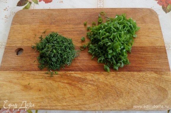 Нарезаем зелень — лук и укроп.