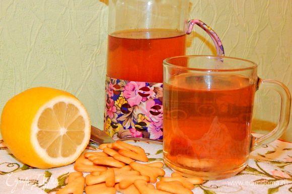 Влить лимонный сок (выжатый из лимона), добавить мед, размешать все до растворения меда. Подавать теплым или охлажденным. Приятного чаепития !