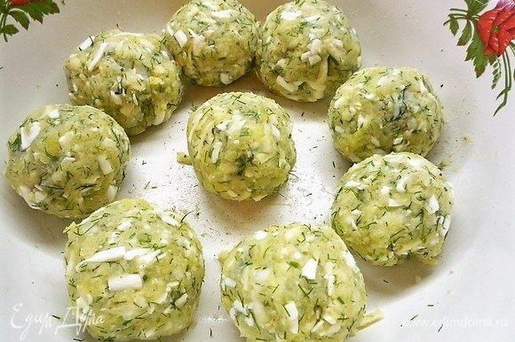 Из получившейся сырно-картофельной массы скатываем шарики.
