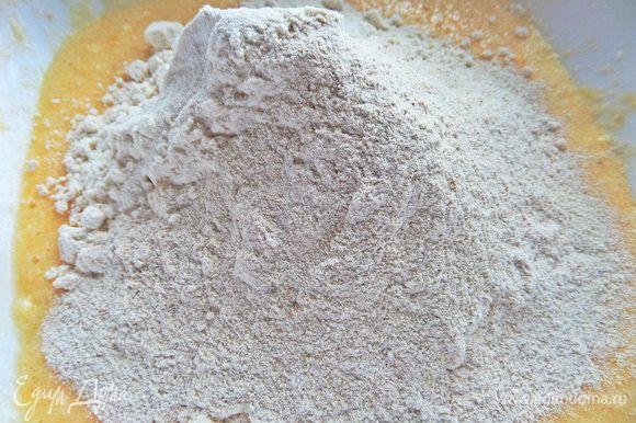 Всыпать оба вида муки с разрыхлителем и солью.