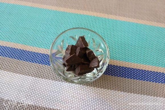 В микроволновке растопим черный шоколад. Каждую черешенку макаем в шоколад, а затем обваляем в ореховой крошке или в кунжуте, или в панировочных сухарях.