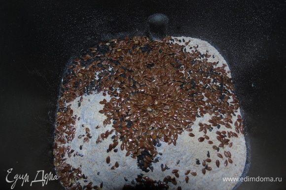 Добавляем сухие, я за неимением всего количества кунжута, заменила льняным семенем. Нажимаем программу «Тесто» и ждем, когда хлебопечка сделает свое дело. Если же замес вручную, то в теплую воду добавляем дрожжи, даем 10 минут подойти. Добавляем масло и сок, всыпаем муку и кунжут и хорошо вымешиваем. Накрываем и даем подойти 40 минут-1 час.