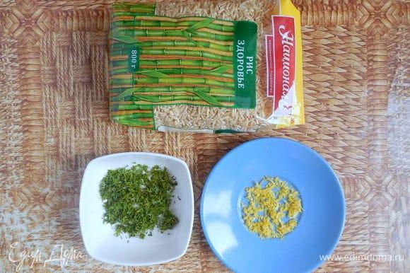 Тем временем приготовим панкейки. Поставить сковороду на средний огонь. Снять цедру с ½ лимона. Немного укропа оставить для украшения, остальной мелко нарубить.