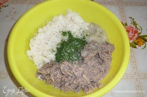 В чашку с рыбным фаршем и луком добавляем отварной рис, зелень и 1/2 ч. л. соли.
