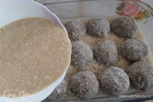 Добавляем приготовленный соус в форму с тефтелями.