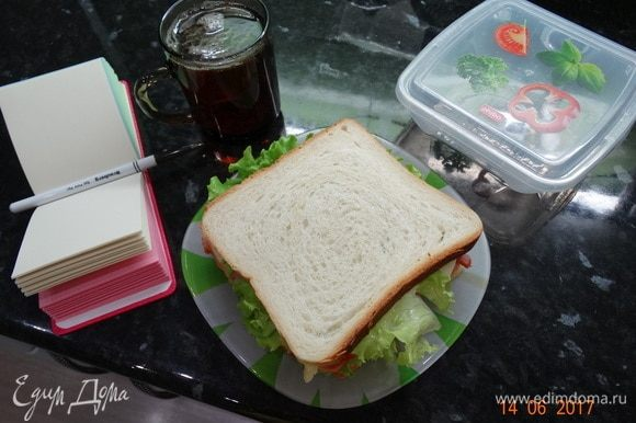 Снова лист салата и накройте хлебом. Приятного аппетита!