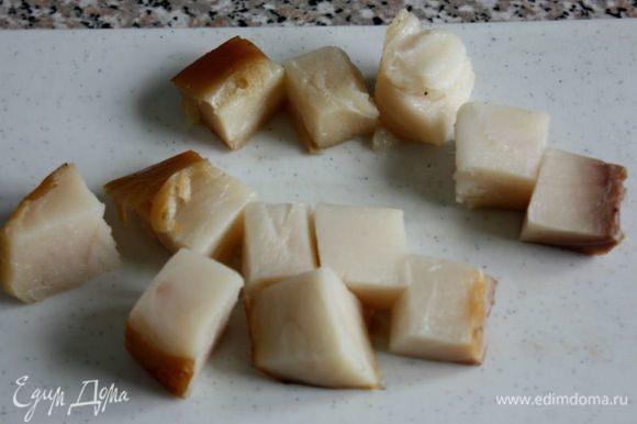 Копченую рыбу нарезать кубиками. В некоторых рецептах указаны сушеные моллюски, но допустима вяленая или копченая рыба. Я взяла масляную.
