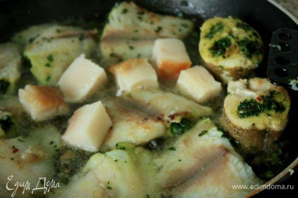 В казане или большой кастрюле с толстым дном нагреть масло и обжарить сырую и копченую рыбу со всех сторон по 2 минуты, затем переложить ее в другую кастрюлю и держать в тепле.