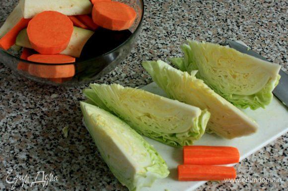 Морковь и баклажан нарезать крупными брусочками, батат кружочками, капусту — клиньями, не удаляя кочерыжку.