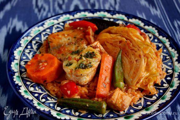 Сверху выложить овощи и рыбу, подавать немедленно.