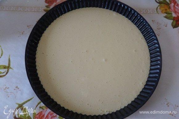 У меня форма, диаметр которой = 26 см. Ставим форму с тестом в разогретую духовку.