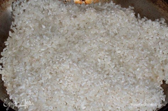 В раскаленную сковороду наливаем 2 ст. л. растительного масла. Высыпаем промытый рис ТМ «Националь».