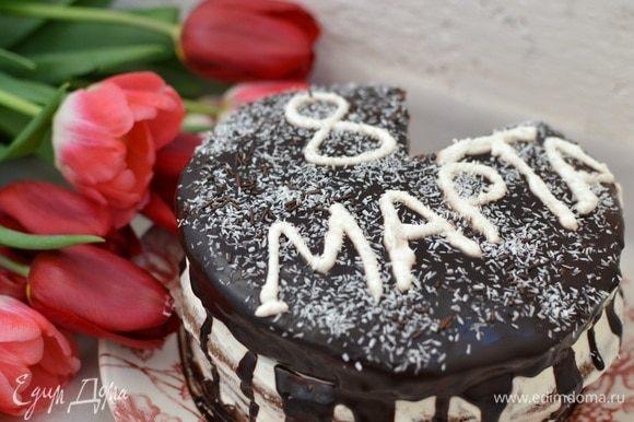 Через полчаса покрыть торт глазурью и украсить по желанию.