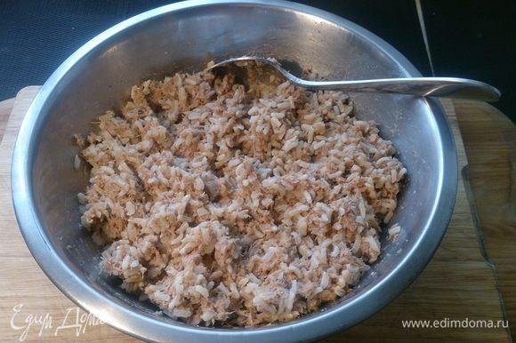 Смешиваем тунца с отварным рисом.
