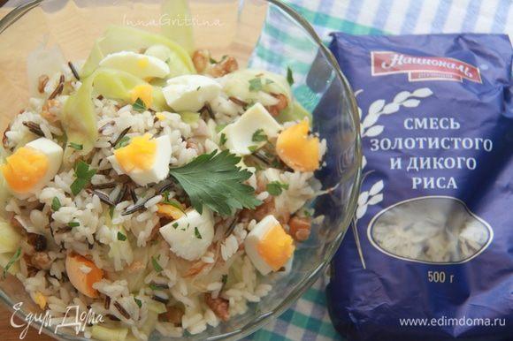 Соединить все подготовленные ингредиенты, посолить салат по вкусу. Приятного аппетита!