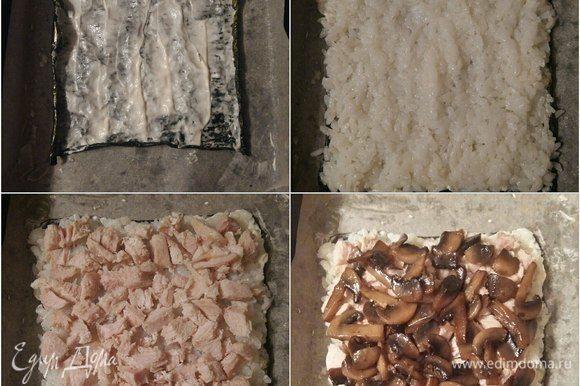 Смажем майонезом поверхность листа нори, выложим слоем рис, затем куриное филе, грибы.