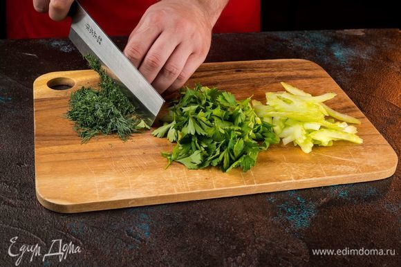 Нарежьте мелко зелень и сельдерей.