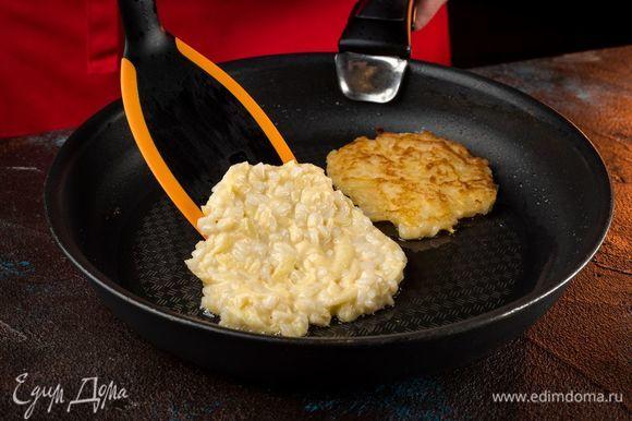 Сформируйте ложкой оладьи и обжаривайте на горячей сковороде.