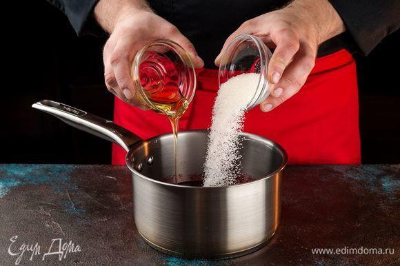 Ягодное пюре перелейте в кастрюлю, добавьте сахар и мед и поставьте на огонь. Варите, постоянно помешивая.