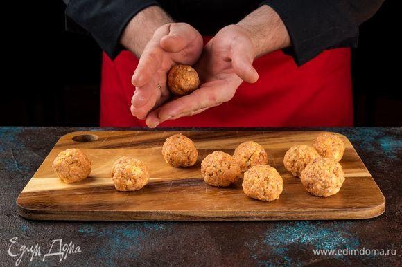 Из полученной массы сформируйте небольшие шарики. Готовьте на пару 20-30 минут.