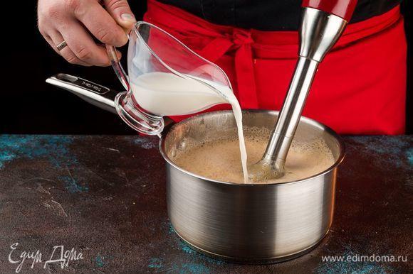Готовый суп остудить, измельчить блендером. Чтобы консистенция была более жидкой, добавьте немного молока. Добавьте соль по вкусу и прогрейте на плите 5 минут.