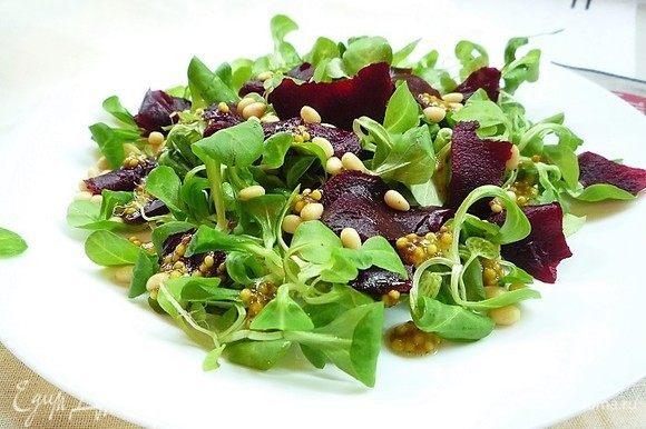 Поливаем салат соусом-заправкой и перемешиваем большими салатными ложками.