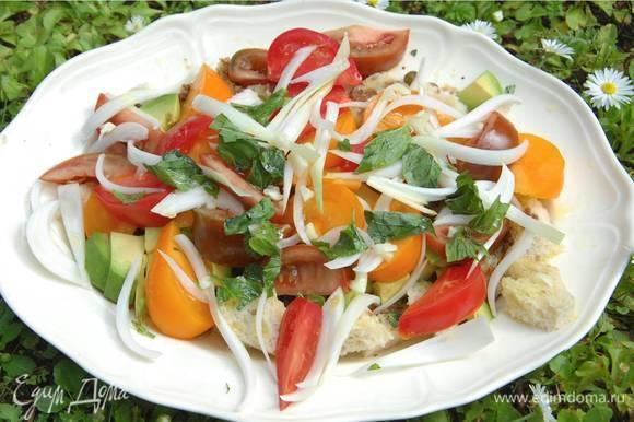 Полить салат заправкой.