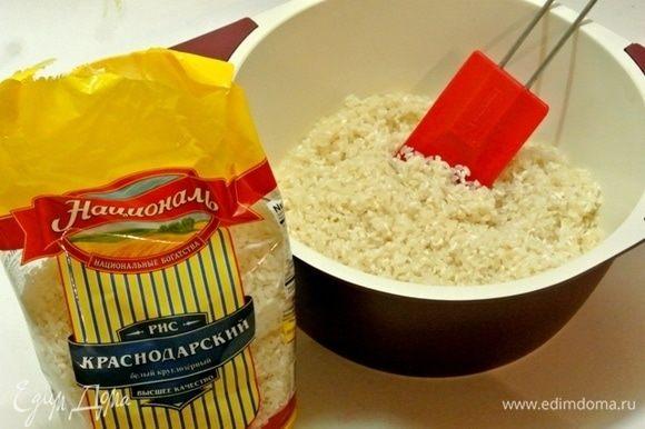 В небольшую кастрюлю выложить 20 граммов сливочного масла, растопить на маленьком огне. Как только масло растопится, всыпать промытый в нескольких водах рис Краснодарский ТМ «Националь».