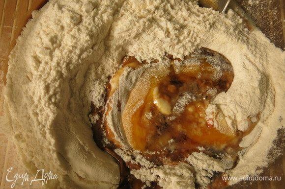 Вливаем соус соевый 2 ст. л.,1 яйцо вбиваем, всыпаем разрыхлитель и порошок бульонный.