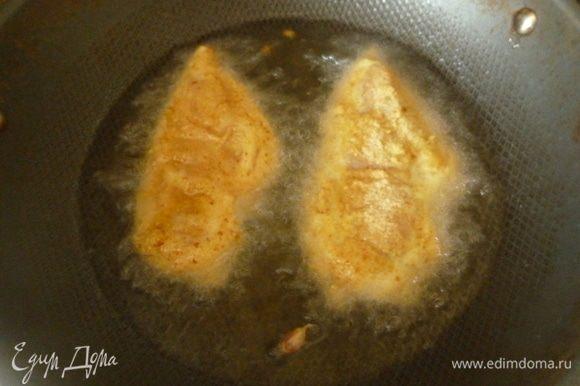 В большой сковороде (или фритюрнице) разогреть масло (уровень масла не должен превышать половину высоты сковороды). Для проверки температуры масла можно бросить зубчик чеснока. Когда он всплывет и зашкворчит, можно жарить курицу. Филе обвалять в сухарях и обжарить по 5 минут с каждой стороны. Время примерное, все зависит от размера кусочков. Выложить курицу на бумажные полотенца.
