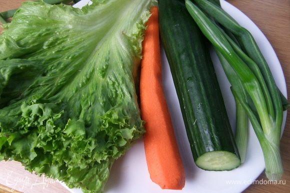 Подготовить, очистить овощи. Если маленькие огурцы, то 2 шт.