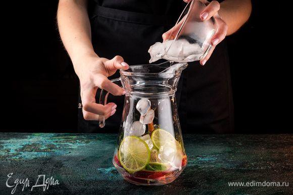 В емкость для лимонада сложите дольки нектарина, палочки корицы, несколько кружочков лайма, листья мяты и лед.