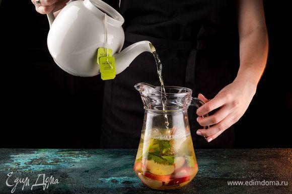 Добавьте заваренный чай Newby.