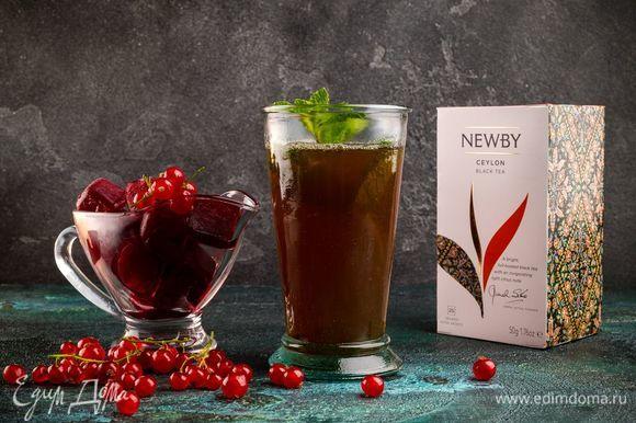 Остывший чай разлейте по стаканам, добавьте ягодный лед и украсьте листиками мяты. Освежающий напиток в оригинальной подаче готов!